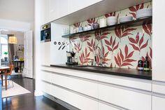 кухня минимализм, обои под стеклом, столешница из темного дерева