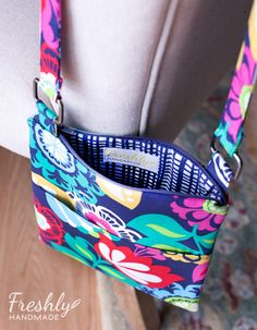 Today, I share with you the hipster purses I made for two of my nieces for Christmas. These purses are great for tweens and teens because th. Diy Bags Patterns, Purse Patterns Free, Hip Purse, Hip Bag, Cross Body Bag Pattern Free, Purse For Teens, Hipster Purse, Diy Tote Bag, Tote Bags