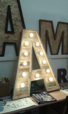 Letras luminosas , especial para eventos . Construidas con maderas de palet