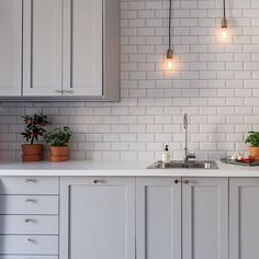 Såhär kan man också bygga ett supersnyggt kök! Vill ni se mer få in på Roslagsgatan 32 på vår hemsida. www.behrer.se  Please double tap and add a friend…