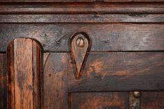 La cera proporciona calidez y brillo natural a la madera pero se ha de eliminar la cera de un mueble antes de aplicar nuevas capas de cera o de...