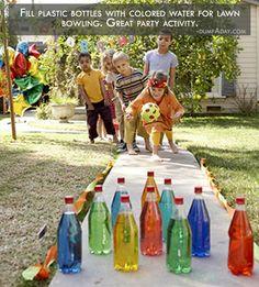 Een eigen water kegelbaan met flessen water en kleurstof.