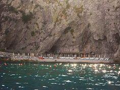 Taormina (ME) - una delle spiagge private nella baia di Taormina, a questa si accede unicamente dal mare o dall'ascensore scavato nella roccia di un hotel sito sul Capo Sant'Andrea   da Lorenzo Sturiale