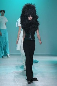 Paris Fashion Week. Gareth Pugh Spring 2014 collection. Glamorous, inventive, witty. What can I say? Certainly an ensemble worthy of couture status! Marvellous attention to detail.