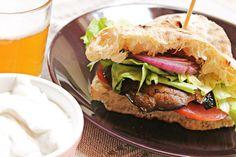 Con questo caldo, chi ha voglia di spadellare? Meglio un bell'hamburger vegano di funghi Portobello alla griglia e passa la paura!! :P  Ricetta su:  http://karmaveg.it/hamburger-vegano-di-funghi-portobello.html