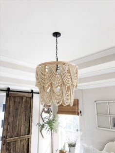 DIY Pottery Barn – Inspired Beaded Chandelier – Living with Lady DIY Pottery Barn – inspirierte Perlen Kronleuchter – Leben mit Lady Wood Bead Chandelier, Chandelier Bedroom, Chandelier Ideas, Chandeliers, Decorative Chandelier, Pottery Barn Lighting, Pottery Barn Chandelier, Home Crafts, Diy Home Decor