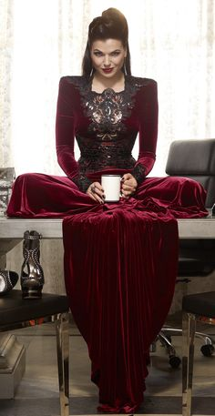 Once upon a time – Regina Mills – Evil Queen – Lana Parrilla – Evil Regal - OUAT Regina Mills, Once Upon A Time, Rock Chic, Gossip Girl, Pretty Little Liars, Eion Bailey, Film Manga, Shadowhunters, Swan Queen