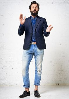 Try pairing a navy wool blazer with light blue ripped jeans to create an interesting and modern-looking casual outfit. Put a smarter spin on this ensemble by slipping into a pair of black leather oxford shoes. Estilo Hipster, Estilo Preppy, Cute Teen Outfits, Outfits For Teens, Light Blue Ripped Jeans, Ripped Men, Look Fashion, Mens Fashion, Fashion Menswear