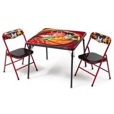 Ensemble table et 2 chaises <b>pliantes</b> Mickey noir et orange. Le décor représente Mickey et Donald jouant au basket.<br><b>Chaises rembourrées de mousse pour le confort.</b><br>Mobilier adapté aux enfants jusqu'à 22 kg.<br><br>Matières : métal, plast