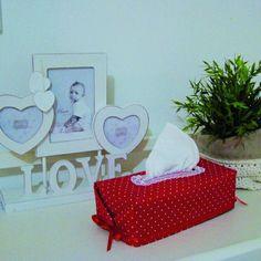 Une jolie housse pour votre boite à mouchoirs ! Tissue Box Covers, Tissue Boxes, Nespresso, Tablet, Creation Couture, Toy Chest, Storage Chest, Simple, Fabric