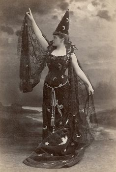 This week we have vintage old witch photos. I have been collecting vintage Halloween images for some time now, and thought I would share some great ones. Retro Halloween, Vintage Halloween Photos, Halloween Images, Halloween Makeup, Halloween Stuff, Halloween Diorama, Whimsical Halloween, Halloween Labels, Halloween Witches