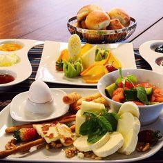 #Kaserol'ün enfes İstanbul #Kahvaltı tabağını Instagram karesine sığdıramadık. Tek tek sıralayalım :) Tulum Peyniri, Örgü Peyniri, Dil Peyniri, Izgara Hellim, Domates Salatalık Sivribiber Söğüş, Reçel Çeşitleri, Kaymak, #Nutella, Kalamata Siyah ve Yeşil Zeytin, Sigara Böreği, Haşlanmış Yumurta, Meyve Tabağı ve #Çay