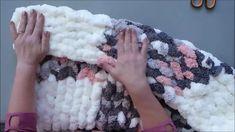 Preciosa y felpuda manta tejida con las manos, en esta ocasión BeCozi nos enseñara a utilizar una técnica y fusionar dos hilos para crear hermosos cua Christmas Yarn, Merry Christmas, Mens Hat Knitting Pattern, Knitting Patterns, Plaid Pattern, Chunky Yarn Blanket, Knitted Blankets, Baby Blankets, Finger Knitting
