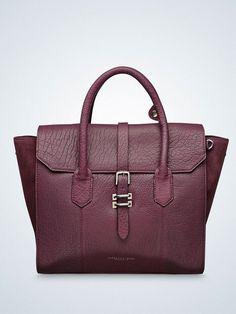 Klassische Form, etwas verrückte Farbe, aber trotzdem gut kombinierbar: Diorite Bag in Aubergine von Tiger of Sweden, um 349 Euro.