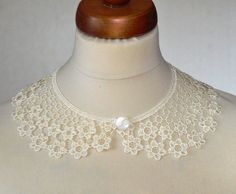Ecru Peter Pan Collar Ecru Detachable Collar and button by Sizana Lace Necklace, Collar Necklace, Crochet Necklace, Crochet Jewellery, Cardigan Casual, Summer Cardigan, Crochet Collar, Lace Collar, Knitting Accessories
