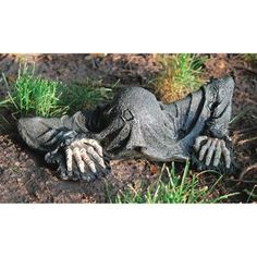 Design Toscano The Creeper from the Grave Zombie Garden Statue - Zombie Decorations - Halloween Decoration Halloween Prop, Halloween School Treats, Fairy Halloween Costumes, Halloween Party Supplies, Outdoor Halloween, Holidays Halloween, Halloween Crafts, Diy Halloween Haunted House Ideas, Halloween Picture Frames