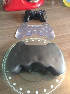 Manette PS3 tutoriel – Délices et Pâtisseries 10 Birthday Cake, 10th Birthday, Manette Ps3, Playstation Cake, Xbox Cake, Fondant, Cakes For Boys, Beautiful Cakes, Cake Designs