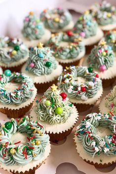 christmas wedding cupcake decor ideas with green pines poshlittlecakes cupcakes anniversaire decoration licorne noël recette recipes cupcakes Holiday Cupcakes, Holiday Baking, Christmas Desserts, Holiday Treats, Christmas Decorations, Winter Cupcakes, Christmas Tree Cupcakes, Winter Wedding Cupcakes, Christmas Wedding Cakes
