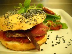 Mini bagel casero con solomillos de cerdo curado www.tiendajulianmartin.es Sandwiches, Bagel, Bread, Chicken, Mini, Ethnic Recipes, Food, Pork Tenderloins, Hamburgers