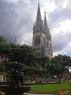La cathédrale Notre-Dame-de-l'Annonciation de Moulins est une cathédrale catholique romaine située à Moulins, dans le département de l'Allier. Elle est le siège épiscopal du diocèse de Moulins.