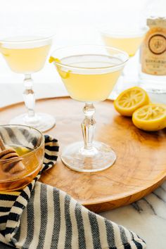 The bee's knees is a classic cocktail made with gin, lemon and honey! This recipe is strong, refreshing and delicious. Gin lovers will love the bee's knees! Cocktails Made With Gin, Classic Cocktails, Fun Cocktails, Party Drinks, Fun Drinks, Gin Recipes, Cocktail Recipes, Whole Food Recipes, Cookie Recipes