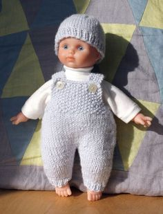 Salopette pour poupon pattern by Camille Patard Knitted Dolls Free, Knitted Poncho, Knitted Hats, Love Crochet, Crochet Baby, Crochet Angel Pattern, Bitty Baby Clothes, Knitting Dolls Clothes, Doll Clothes Barbie