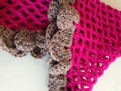 Capa de lana rosa con volantes grises, detalle  Realizada en crochet