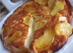 Творожно-яблочная запеканка: очистите яблоки, нарежьте и обжарьте в растительном масле. Посыпьте сахаром. Сделайте тесто из муки, яиц, творога и сметаны.Залейте яблоки и ставьте в духовку.