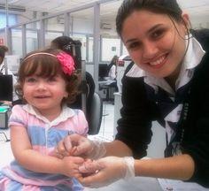 """Julia, de 1 ano e 4 meses, não poupou sorrisos no Poupatempo Araras. Sua mãe a levou para tirar o RG, que segundo ela é """"bem mais fácil para realizar viagens e apresentar nos locais que solicitam a certidão""""."""