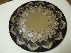 Mandala em espelho, técnica vitral. Em tons de preto, cinza e prata, com aplicação de pedras de acrílico e espelhos.