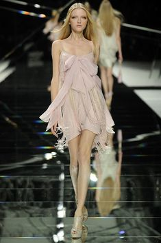 Elie Saab Parigi - Spring Summer 2009 Ready-To-Wear - Shows - Vogue. Pink Fashion, Couture Fashion, Runway Fashion, Fashion Models, Fashion Show, Fashion Outfits, Fashion Design, Pretty Outfits, Pretty Dresses