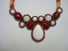 Maxi colar com base em feltro e acabamento com bordado em miçangas. Fechamento usando fita de cetim.