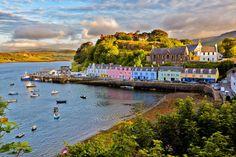 Portree est une ville côtière de l'île de Skye, à l'ouest des côtes d'Écosse. La commune sert de centre stratégique pour les touristes partis pour explorer l'île. Elle possède un port bordé de falaises et un ponton.