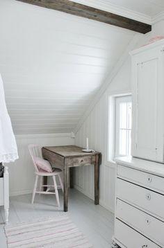 Mias Interiør / New Room Interior / Interiørkonsulent Maria Rasmussen Attic Bedroom Designs, Attic Rooms, White Cottage, Cottage Chic, Shabby Home, Small Tables, Dream Rooms, My New Room, Girl Room