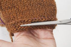 Tutorial: touching up the length of a knitted fabric, without unraveling - uncinetto Loom Knitting, Knitting Stitches, Knitting Patterns, Crochet Patterns, Beautiful Crochet, Diy Crochet, Double Crochet, Knitted Fabric, Blog