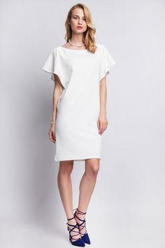 Une jolie robe blanche saura mettre votre bronzage en valeur tout comme vos magnifiques chaussures bleues.