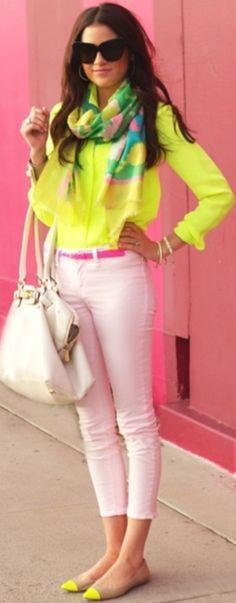 Jean y bolso blanco, camisa amarillo limon, correa rosa y valetas kamel con amarillo