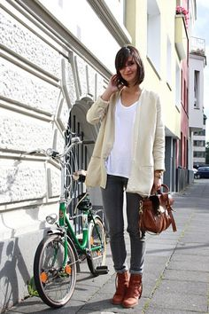 White tee shirt, skinny jeans, and boots/flats