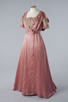 Beautiful Gown Designs, Beautiful Gowns, Beautiful Outfits, Fabulous Dresses, Beautiful Clothes, Edwardian Gowns, Edwardian Fashion, Vintage Fashion, Edwardian Style