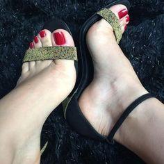 Boa tarde de chuva e friozinho ! Sexy Legs And Heels, Hot High Heels, High Heels Stilettos, Pumps, Cute Toes, Pretty Toes, Feet Soles, Women's Feet, Beautiful Toes
