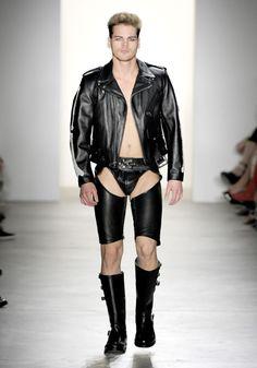 La Passerella Fetish di Jeremy Scott Spring Summer 2011 – New York Fashion Week Leather Shorts, Leather Jacket, Orange Pants, Fetish Fashion, Jeremy Scott, Fifty Shades Of Grey, Fashion Show, Black Leather, New York