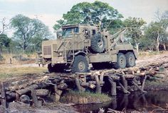 This is a fucking strong hout bridge Army Vehicles, Armored Vehicles, Once Were Warriors, Army Day, Defence Force, Armored Fighting Vehicle, Military Photos, Military Equipment, Troops