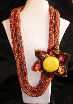 Collar en algodón egipcio, trabajado a crochet formando cordón, en tonos teja    Se complementa con flor Kanzashi japonesa con gran botón forrado en el centro, confeccionada con telas de algodón importadas en tonos a juego con el collar.