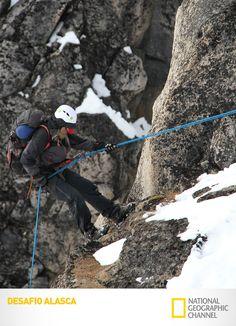 No penhasco, Willi Prittie consegue convencer a equipe a baixar seus 100 metros em rapel. #DesafioAlasca. www.natgeo.com.br/desafioalasca