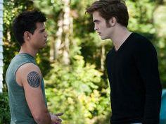 """Ya sabes, Jacob, si no fuera por el hecho de que somos enemigos naturales y que pretendes robarme la razón de mi existencia, en realidad creo que me caerías muy bien"""".- Edward Cullen.  """"Quizá...si no fueras un asqueroso vampiro que planea quitarle la vida a la chica que amo...Bueno, no, ni siquiera entonces""""."""