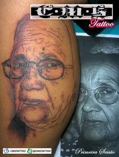 Essa é daquelas tattoos que eu gostaria muito de terminar 🎨 Mas ficou pela metade 😡 uma hora sai 💉💉💉 ♻ regram @cmstattoo Minha primeira tentativa no estilo Portrait. Tem muito chão ainda. Na segunda sessão darei meu melhor. Uma grande homenagem a dona Linda que agora tbm estará eternizada na pele do Filipe!!! WhatsApp (11) 95798-4377 📱. First session 💉💉💉First portrait tattoo in progress . By @cmstattoo #revistatattoobrasil #revistatattooink #tattoo2me #inkmaster #tatttoo #instaart