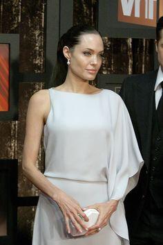От кожаных брюк Лары Крофт до элегантных нарядов посла доброй воли ООН — голливудская актриса Анджелина Джоли в процессе модной эволюции.