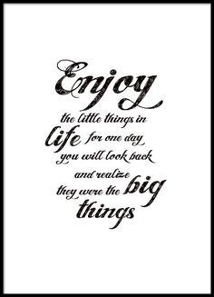 Mustavalkoinen tekstitaulu kaunokirjoituksella. Enjoy the little things.