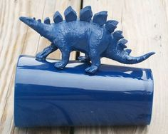 Use inexpensive plastic tumblers and plastic dinosaurs to make these awesome DIY Dinosaur Handle Cups! Spray Paint Plastic, Painting Plastic, Plastic Dinosaurs, Cute Presents, Dinosaur Party, Animal Crafts, Diy Crafts For Kids, Pet Toys, Piggy Bank