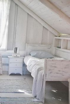 Julias Vita Drömmar - basic but so lovely. Love the whitewashed wood and the pastel blue pillow and throw